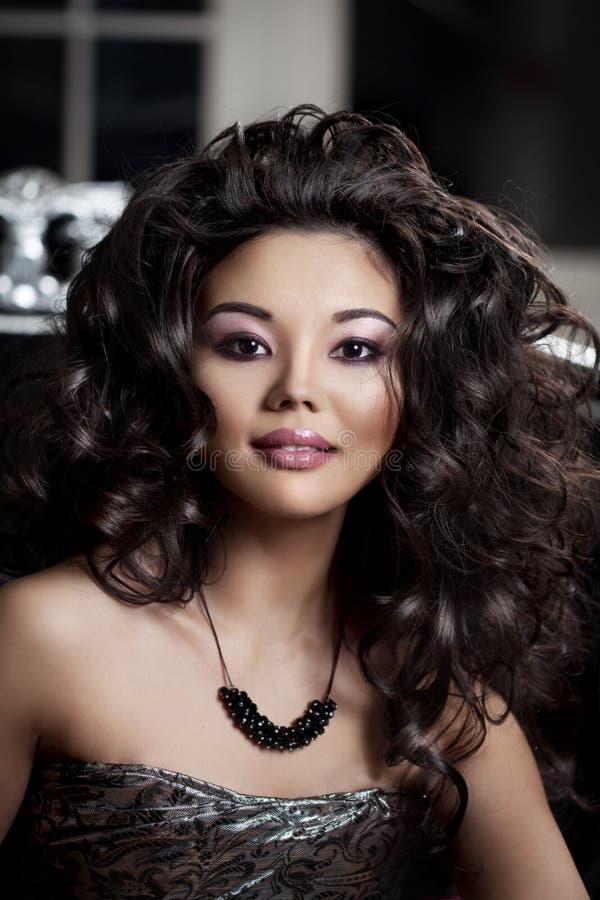 азиатская женщина Модная современная роскошная женщина с hairst моды стоковая фотография