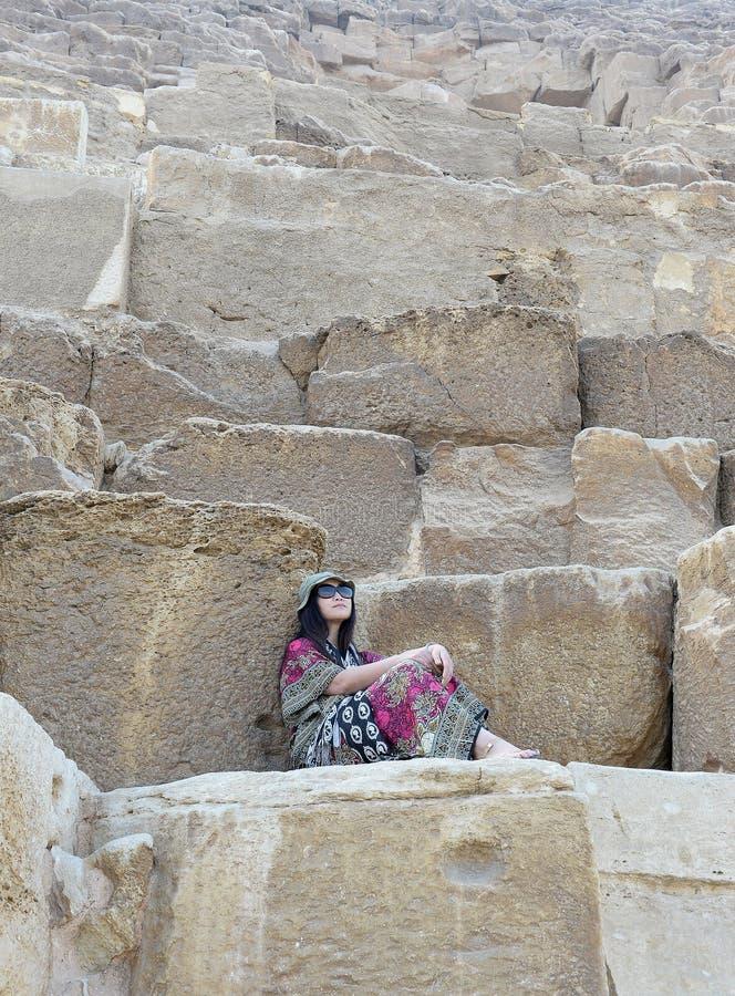 Азиатская женщина на каменных шагах стоковое изображение rf