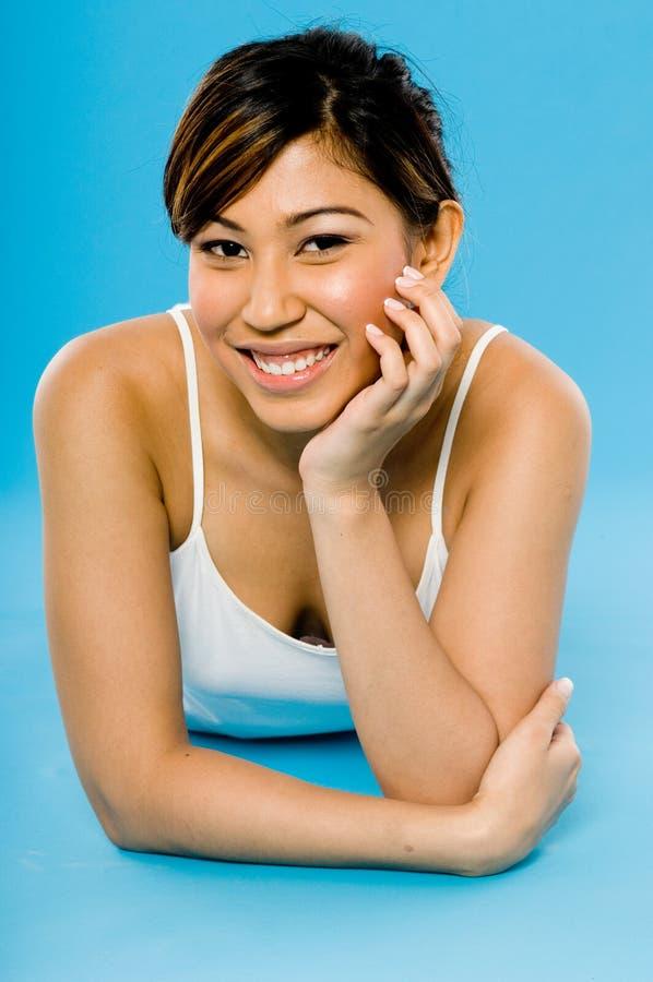 Азиатская женщина на сини стоковые фотографии rf