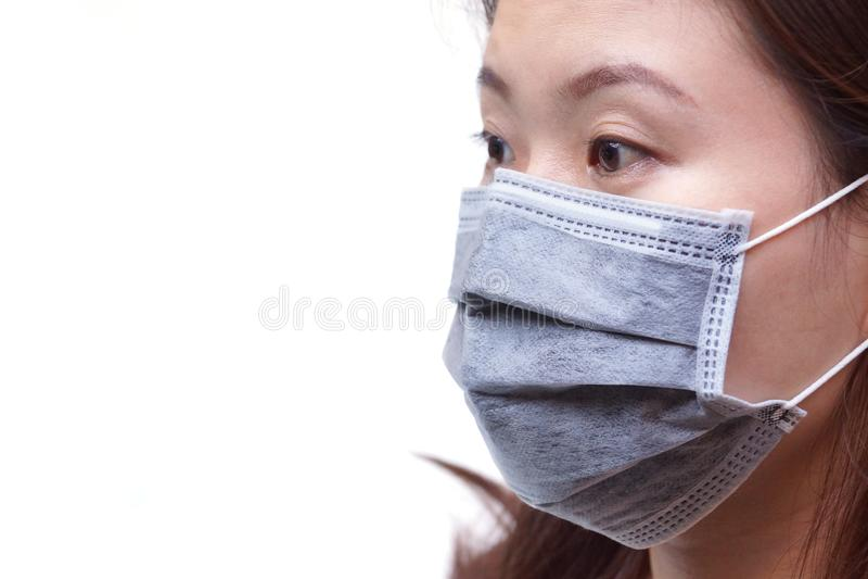 Азиатская женщина нося медицинскую маску стоковые изображения