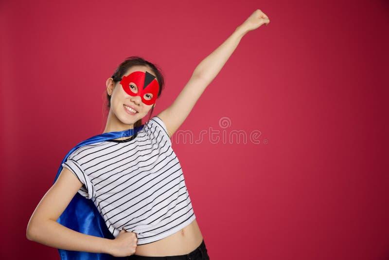 Азиатская женщина одеванная как супергерой стоковое изображение