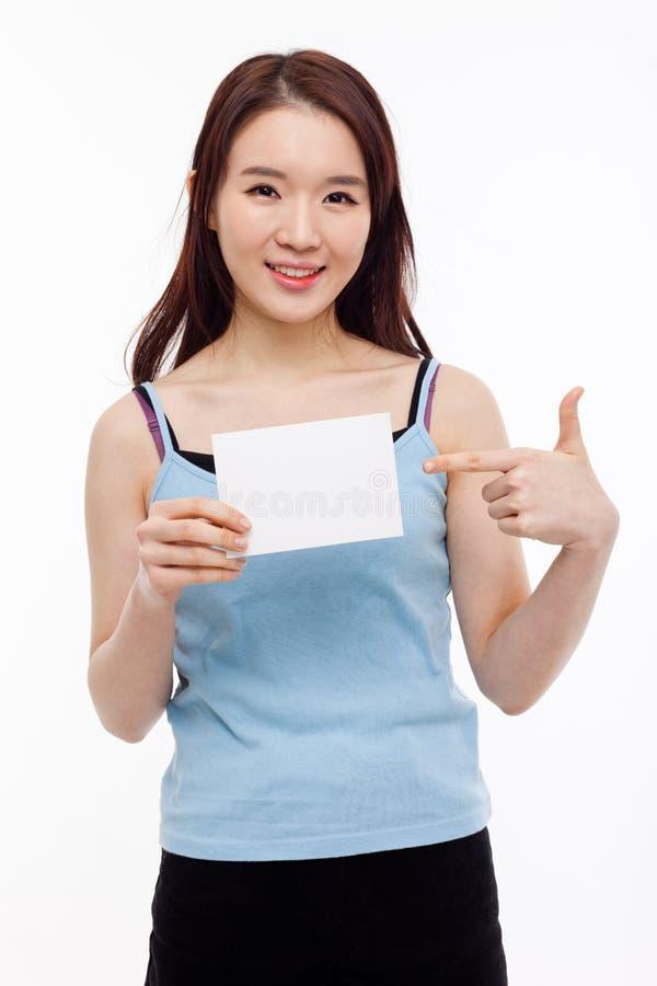 Азиатская женщина показывая пустую карточку стоковые фотографии rf