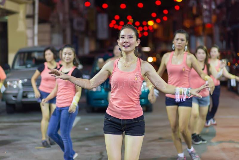 Азиатская женщина практикуя тренировки Zumba стоковые фотографии rf