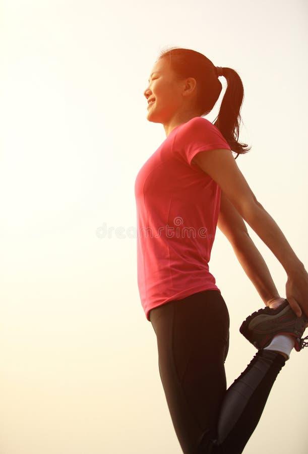 Download Азиатская женщина протягивая ноги Стоковое Изображение - изображение насчитывающей прозрение, пепельнообразные: 37929491