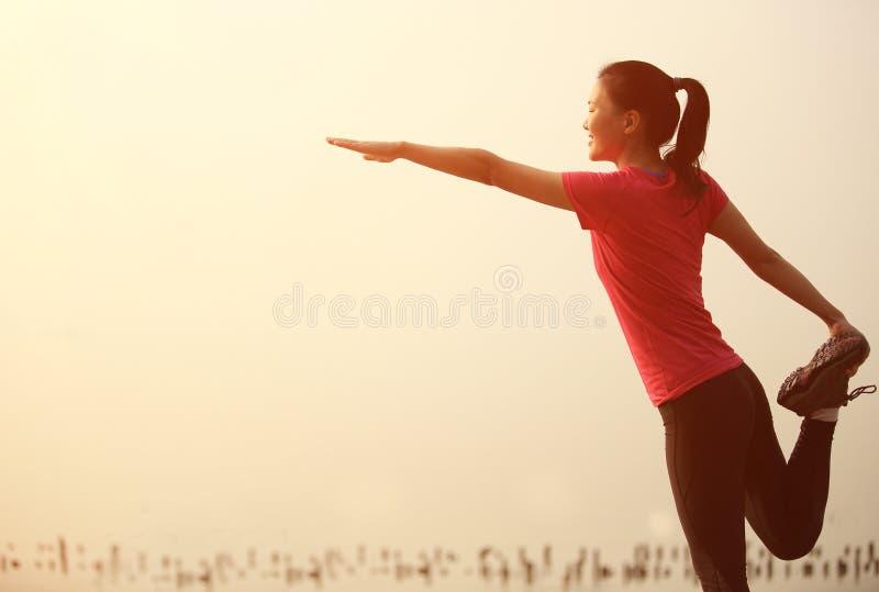 Download Азиатская женщина протягивая ноги Стоковое Изображение - изображение насчитывающей девушка, тренировка: 37929599