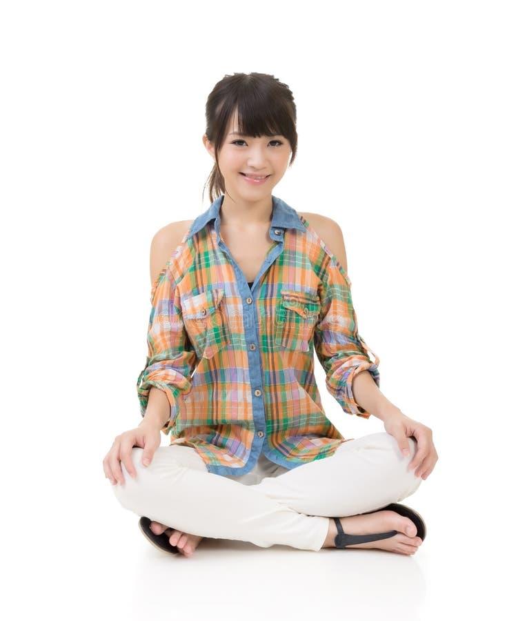 Download Азиатская женщина сидит стоковое изображение. изображение насчитывающей bodysuits - 37925277