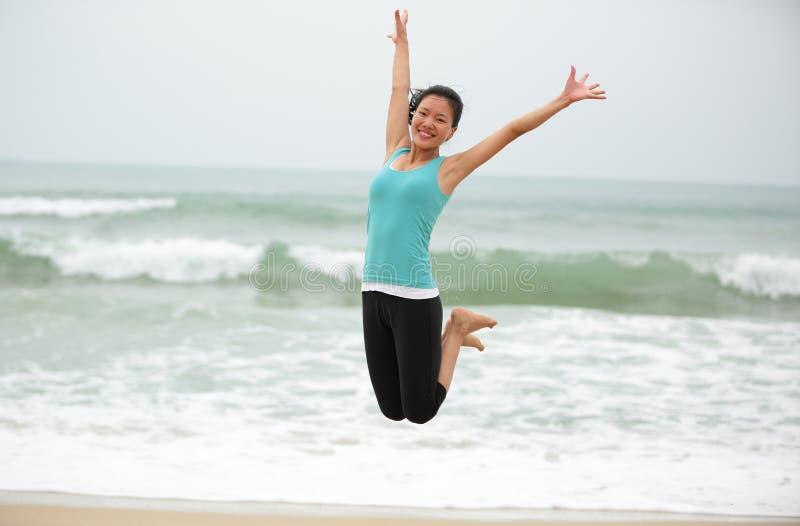 Download Азиатская женщина скача на пляж. Стоковое Фото - изображение насчитывающей скакать, жизнерадостно: 37930650