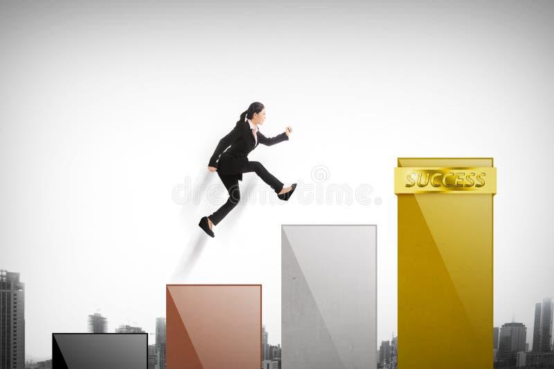 Азиатская женщина скачет на диаграмму стоковые изображения