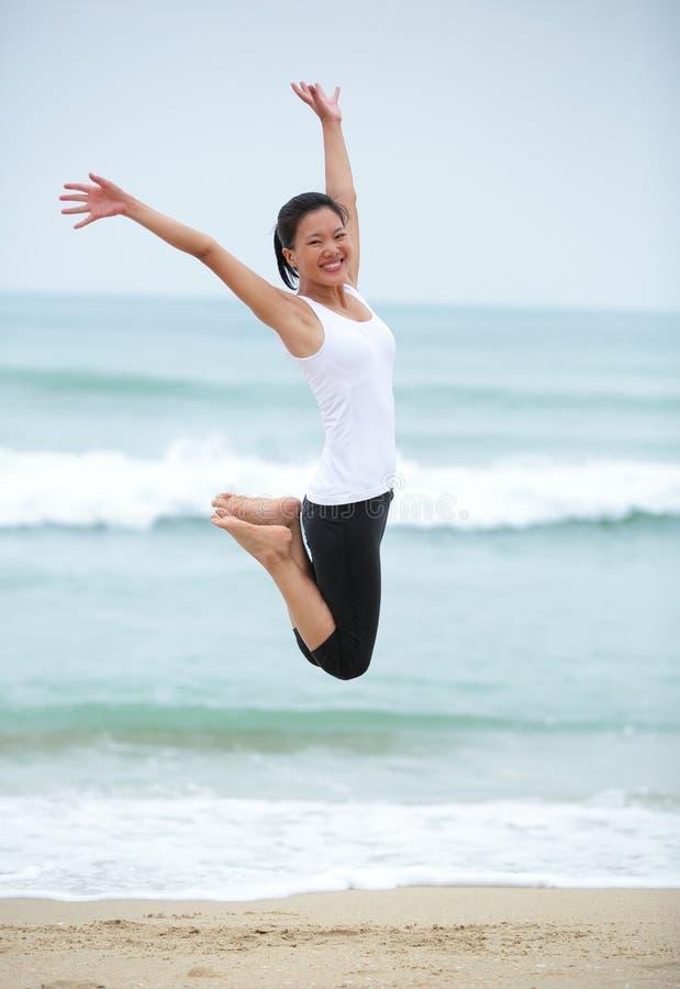 Download Азиатская женщина скачет на пляж. Стоковое Фото - изображение насчитывающей утеха, женщина: 37930092
