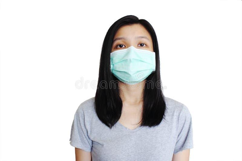 Азиатская женщина с лицевым щитком гермошлема на чисто белой предпосылке стоковая фотография