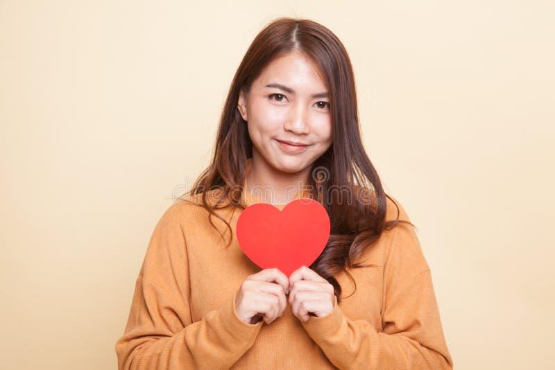 Азиатская женщина с красным сердцем стоковая фотография rf
