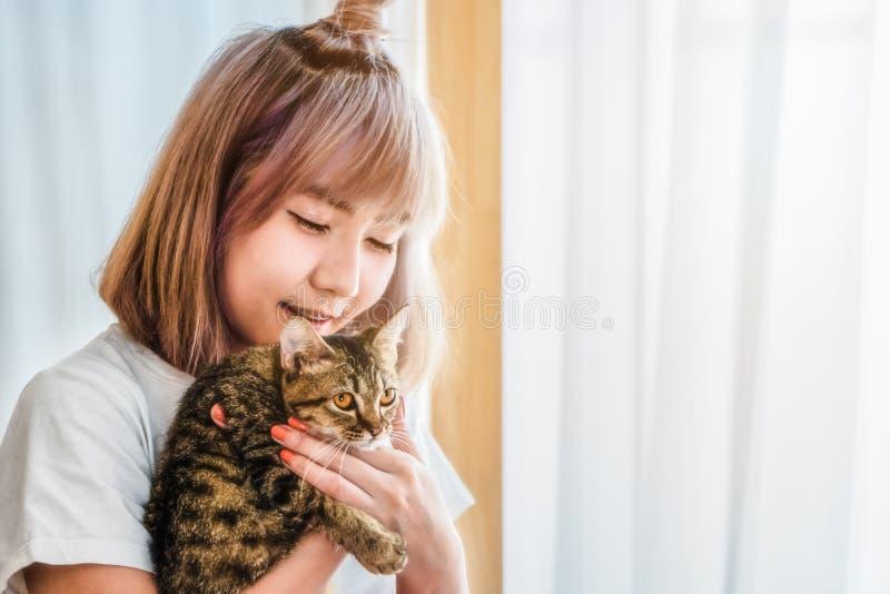 Азиатская женщина с милым котом стоковые фотографии rf