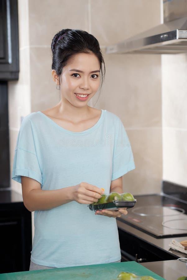 Азиатская женщина с плодоовощами стоковые изображения