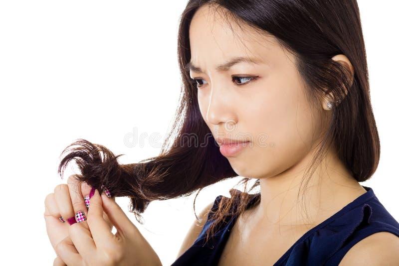 Азиатская женщина с проблемой волос стоковые фото