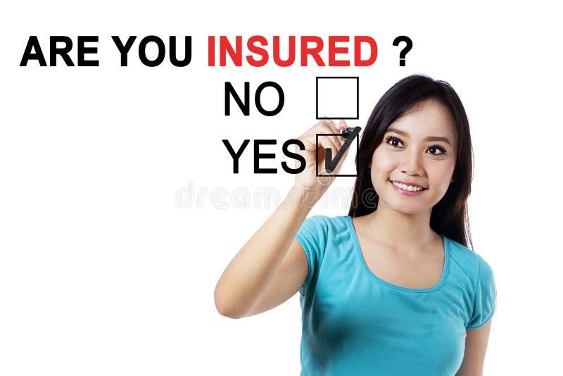 Азиатская женщина с текстом вы застрахованный стоковое изображение