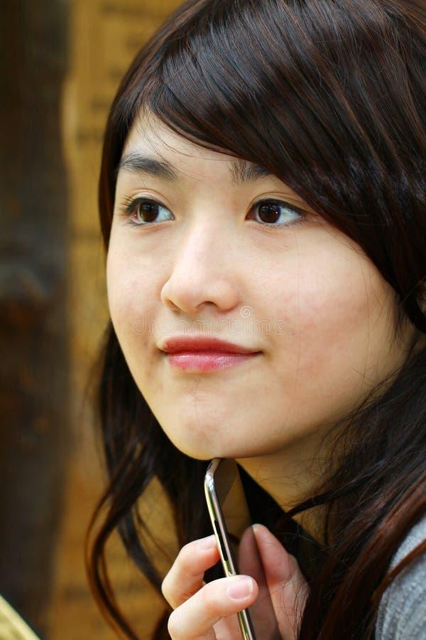 Азиатская женщина с умным телефоном стоковое изображение rf