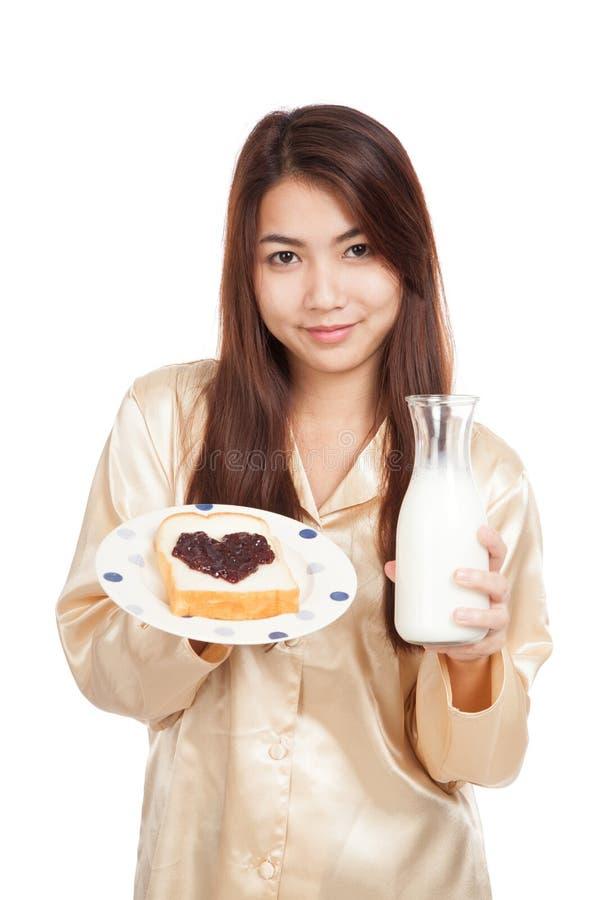 Азиатская женщина с ягодой формы бутылки молока, хлеба и сердца сжимает стоковое фото rf
