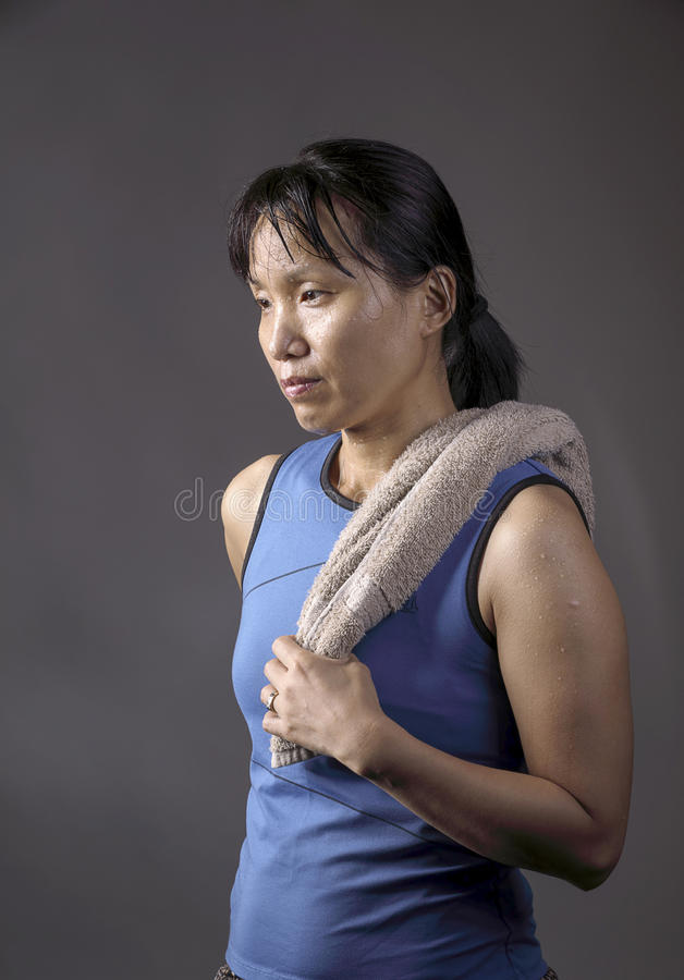 Азиатская женщина утомляла после тренировки стоковые изображения rf