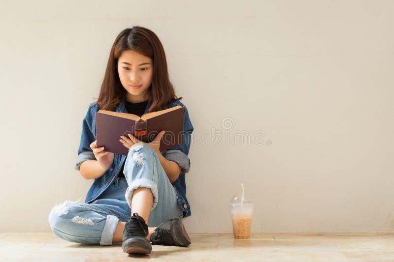 Азиатская женщина читая стиль книги винтажный стоковая фотография rf