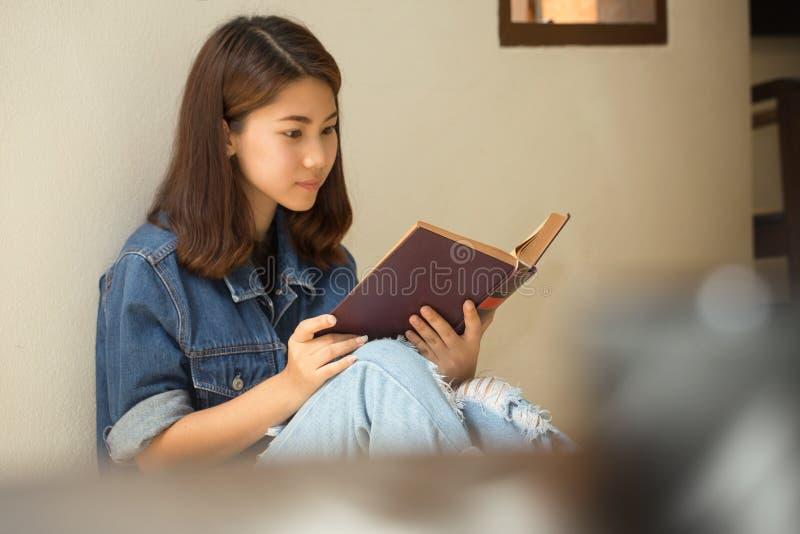 Азиатская женщина читая стиль книги винтажный стоковая фотография