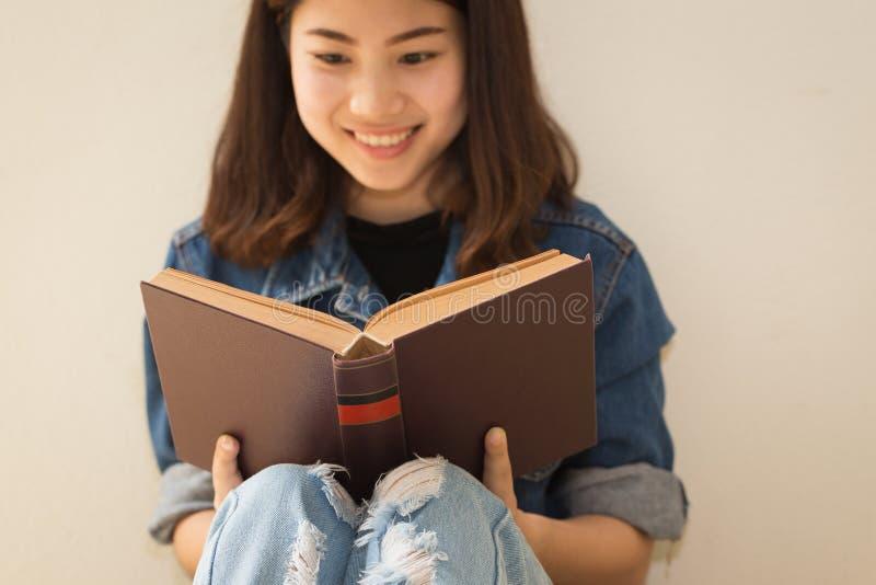 Азиатская женщина читая стиль книги винтажный стоковые изображения