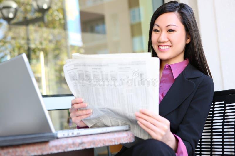 азиатская женщина чтения газеты дела стоковое изображение rf