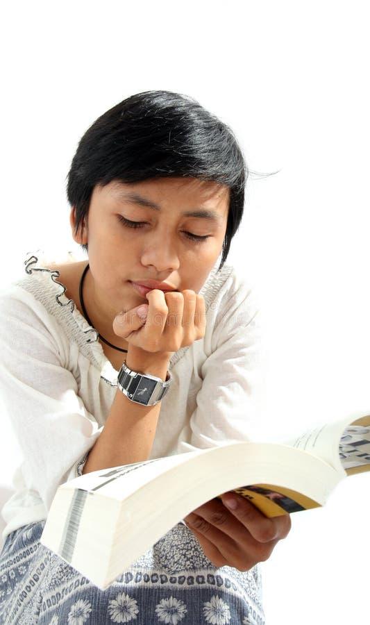 азиатская женщина чтения стоковые фотографии rf