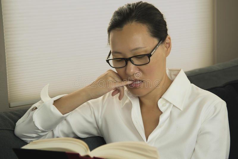 азиатская женщина чтения стоковая фотография rf
