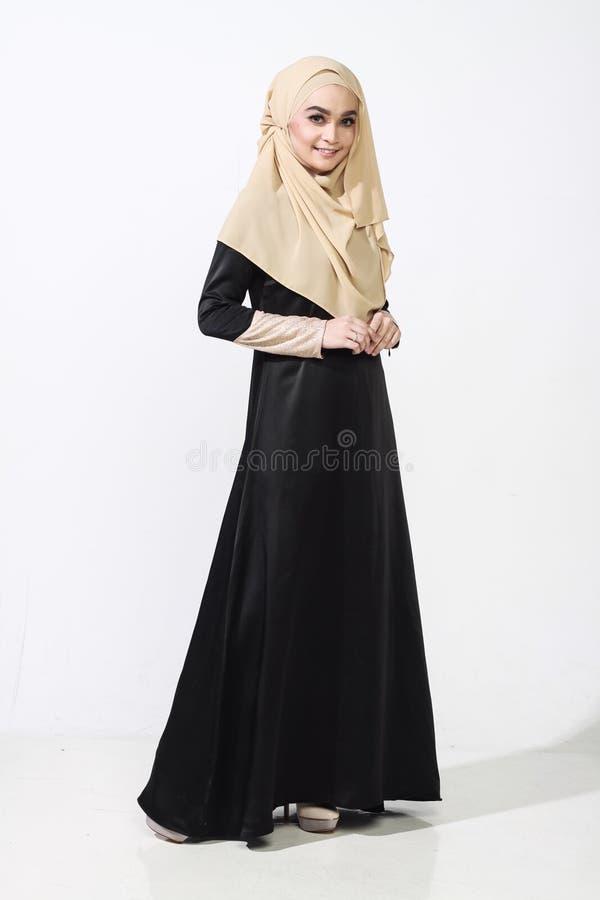 Азиатская женщина malay представляя с мусульманской одеждой стоковые изображения rf