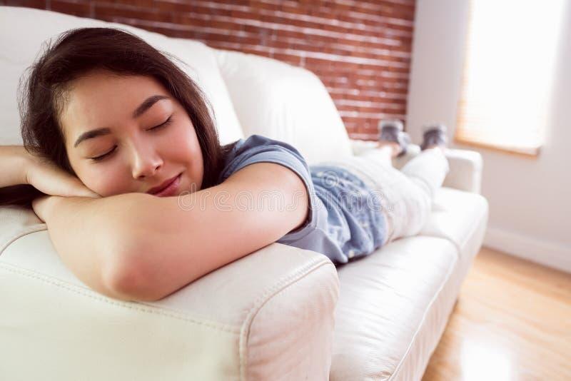 Азиатская женщина napping на кресле стоковое изображение