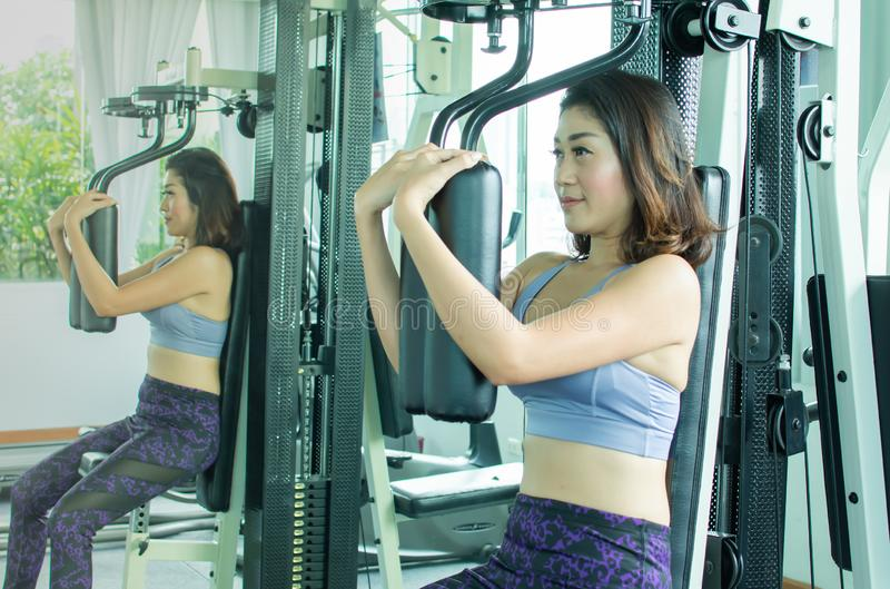 азиатская женщина 30s делает тренировку стоковое изображение