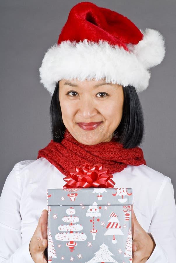 азиатская женщина santa удерживания шлема подарка рождества стоковое фото rf