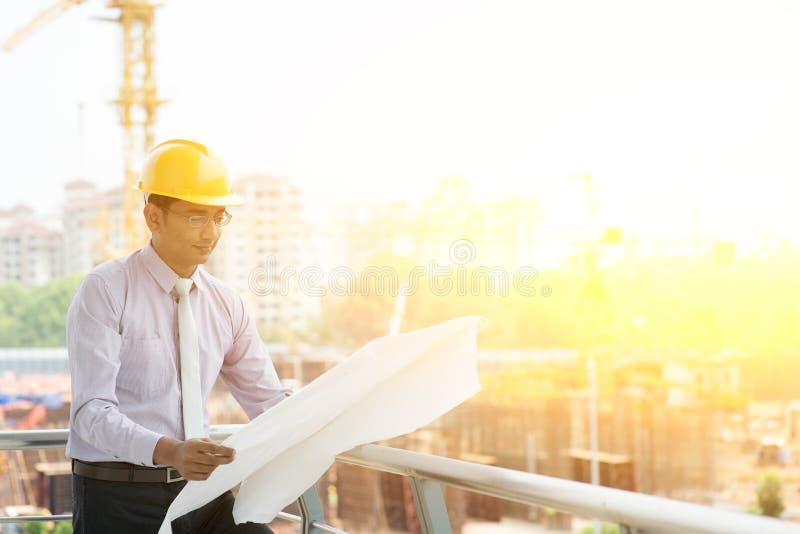 Азиатская индийская деятельность инженера подрядчика места стоковая фотография