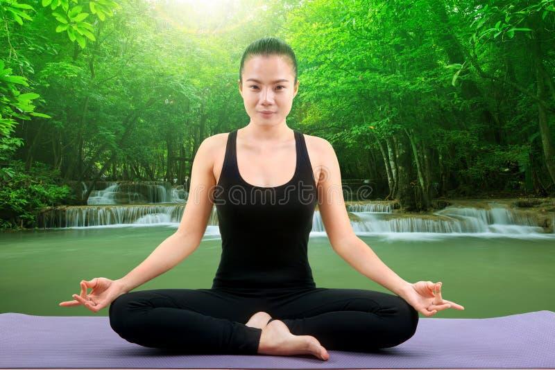 Азиатская йога здравоохранения женщины вывешивая белую предпосылку стоковые изображения rf