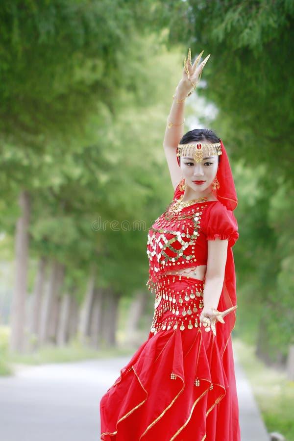 Азиатская китайская исполнительница танца живота красоты в красном платье stytle Индии стоковые изображения rf