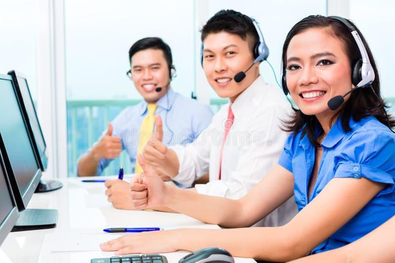 Азиатская китайская команда агента центра телефонного обслуживания стоковые изображения rf