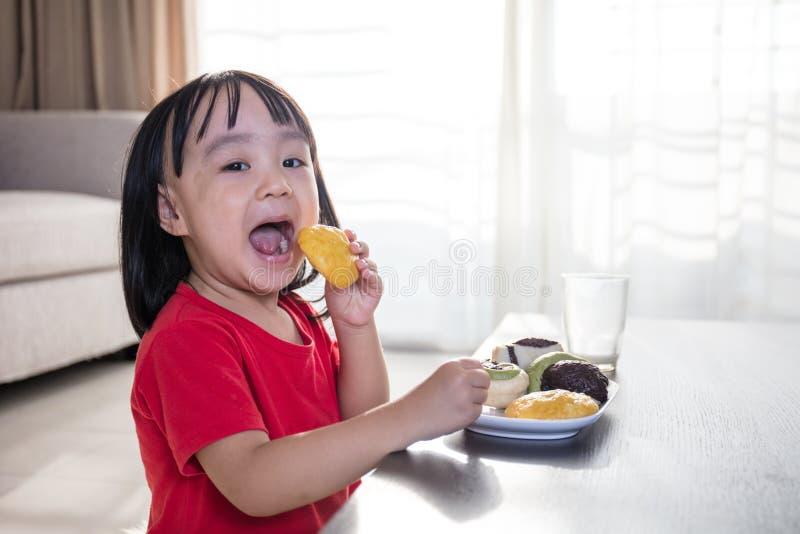 Азиатская китайская маленькая девочка имея завтрак стоковое фото