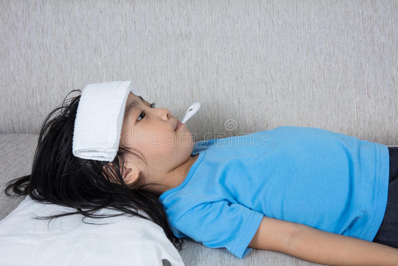 Азиатская китайская маленькая девочка получая измерение для temperat лихорадки стоковая фотография