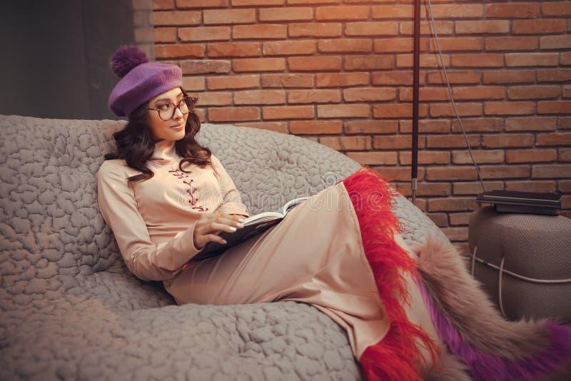 Азиатская книга чтения женщины моды внутри помещения стоковое изображение rf
