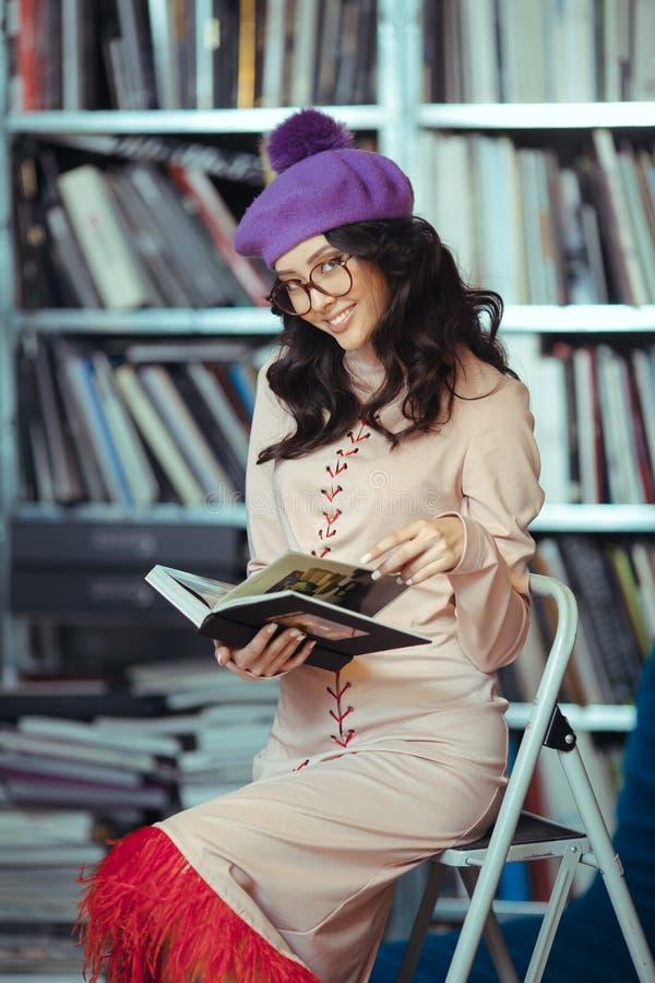 Азиатская книга чтения студента в библиотеке стоковые изображения rf