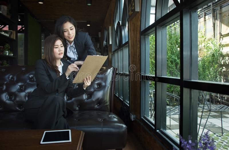 Азиатская команда дела обсуждая документ на кофейне стоковые фото