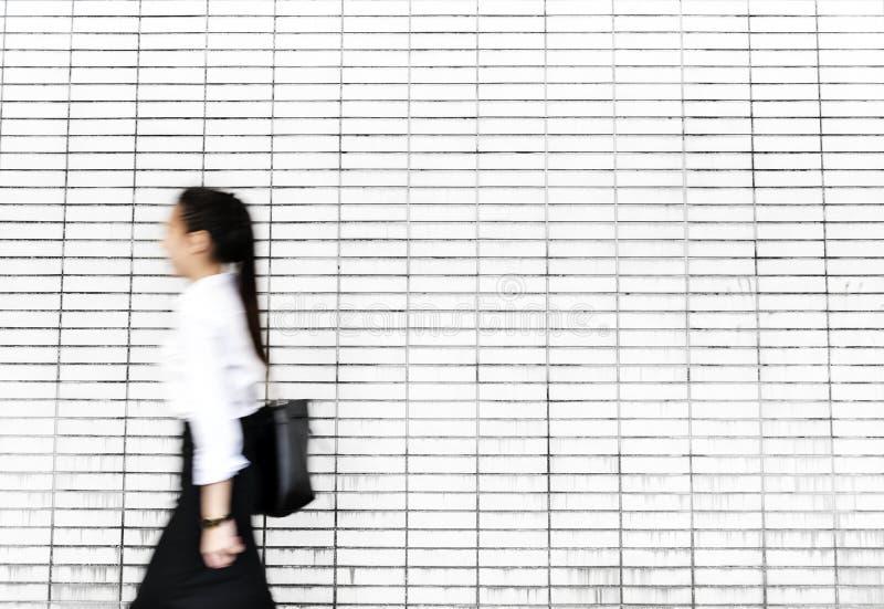 Азиатская коммерсантка в спешке стоковые фотографии rf