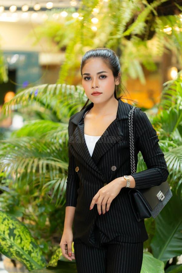 Азиатская красивая бизнес-леди стоковая фотография