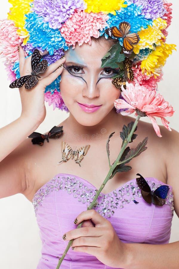 Азиатская красивая девушка с красочным составляет с свежими цветками и бабочкой хризантемы стоковое изображение