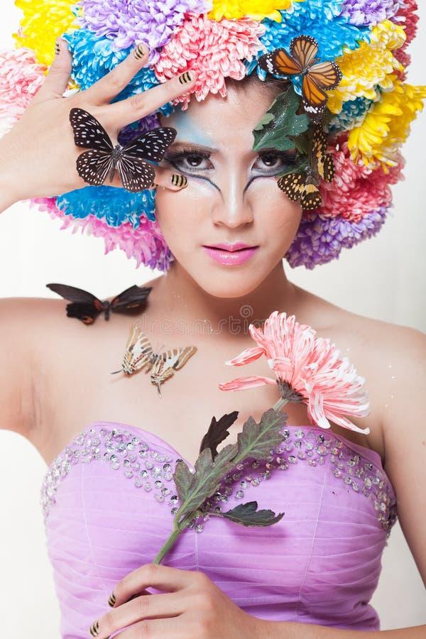 Азиатская красивая девушка с красочным составляет с свежими цветками и бабочкой хризантемы стоковая фотография rf