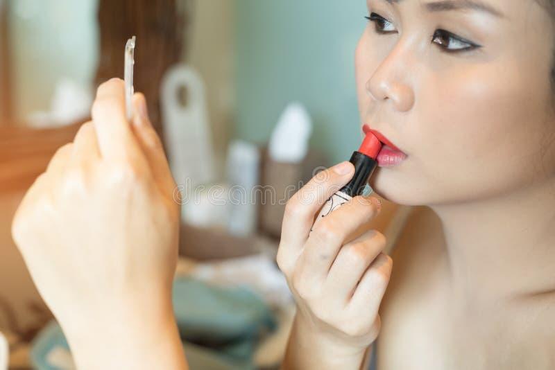 Азиатская красивая женщина с составляет стоковые фотографии rf