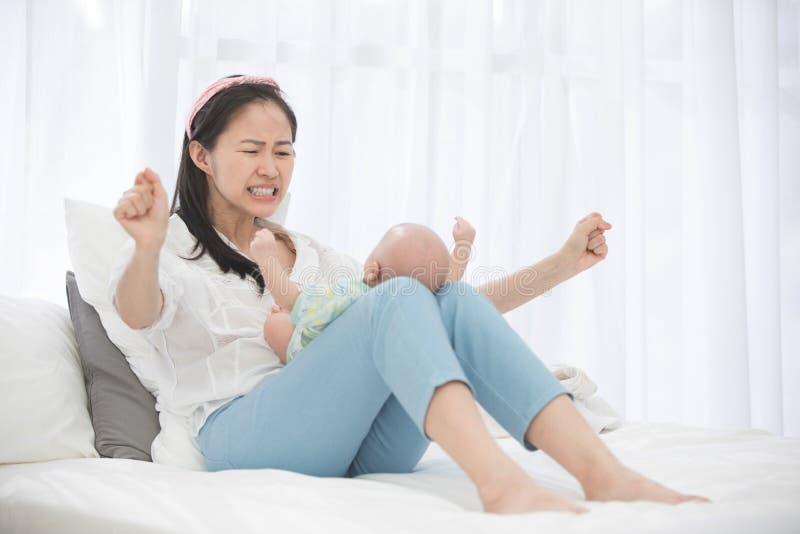 Азиатская красивая мама играя с ее младенцем стоковые фотографии rf