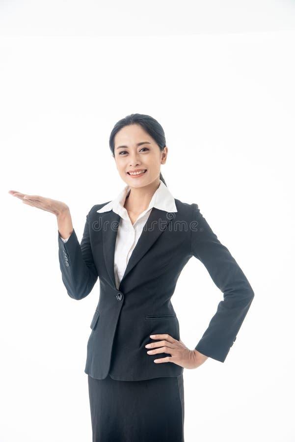азиатская красивая умная и молодая бизнесменка с черными длинными волосами и костюмами является исполнитель или менеджер на белом стоковое фото