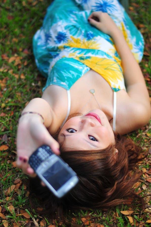 азиатская красивейшая женщина мобильного телефона удерживания стоковое изображение