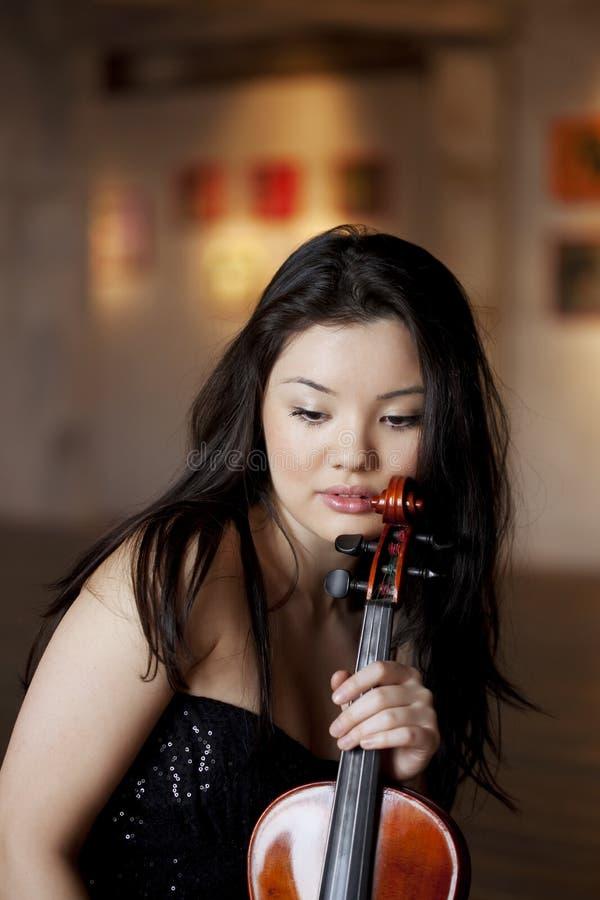 азиатская красивейшая скрипка девушки стоковое изображение rf